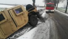 Amerykańskie wojsko w Polsce - kolejny wypadek - pojazd Humvee wylądował w rowie. Zima i warunki na drogach  nie dały szans. Strażacy z Witkowa pomogli