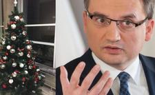 Ziobro aresztuje choinkę za bombki z napisem konstytucja