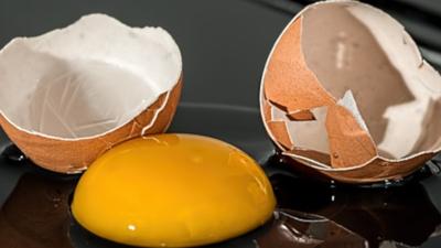 Metoda na wnuczka? Na policjanta? Teraz wystarczy woda święcona. Oszustka użyła jajka, by emerytka w Konienie straciła pieniądze. w jajku czaiło się zło?