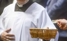 Ile dać księdzu w kopercie po kolędzie? Parafia Niewodnicy Kościelnej na Podlasiu ma  konkretne stawki. Wcześniej w sieci pokazano zasady, jak przyjąć księdza