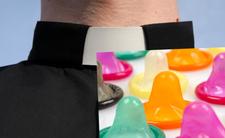 Prezes Orlenu Daniel Obajtek pokazał zdjęcie ze syacji paliw. Ksiądz stwierdził, dzieci nie powinny widzieź prezerwatyw obok hot dogów. Troska o dzieci?