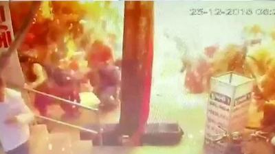 Indie, Hel w balonach zastąpił łatwopalnym wodorem. Eksplozja na ulicy i wideo nagrane przez kamery monitoringu. Tak oszukują sprzedawcy? Ku przestrodze