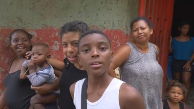"""Youtuber Bartek Czukiewski z kanału """"Bez Planu"""" pokazał slumsy w Wenezueli w Caracas. Dzięki niemu  ruszyła zbiórka pieniędzy na biedne dzieci i ich matki."""
