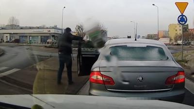 Zielona Góra i road rage po polsku. Agresywny kierowca i groźby wobec kobiety. Przy okazji spowodował korek i utrudnienia w ruchu. Zajmie się nim policja