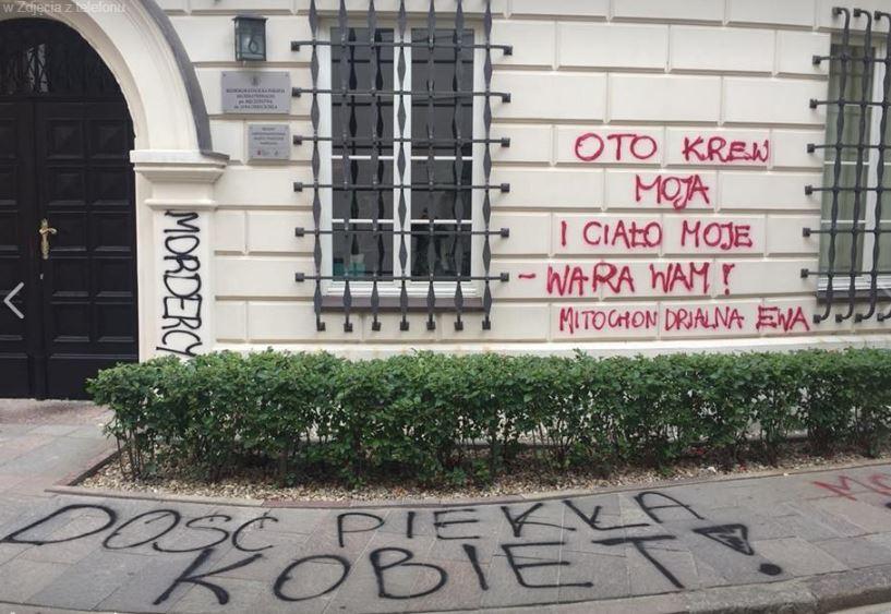 feministki aborcja ustawa protest Warszawa napisy