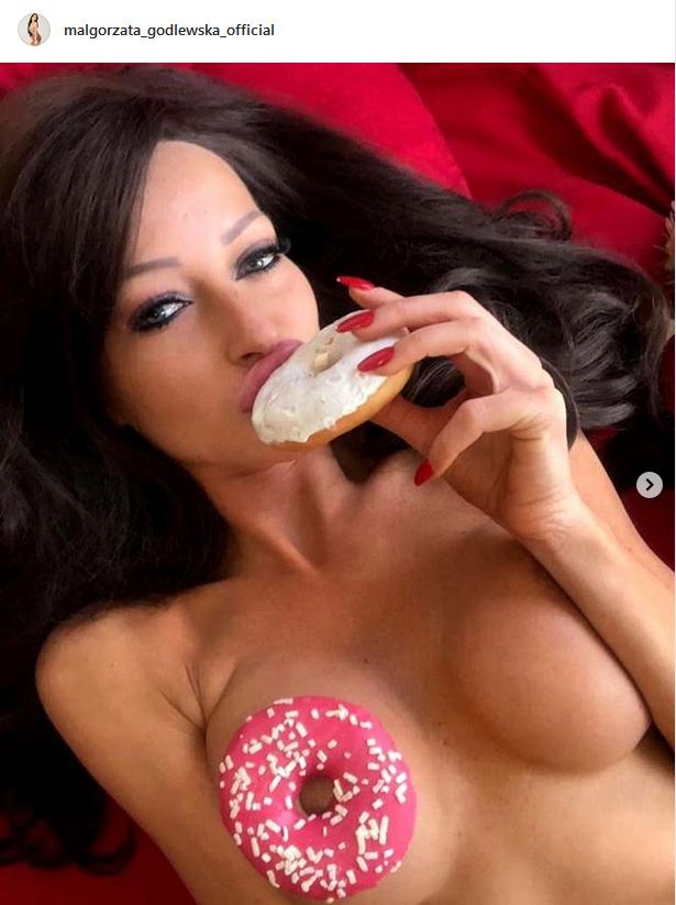 Małgorzata Godlewska pozuje z pączkami