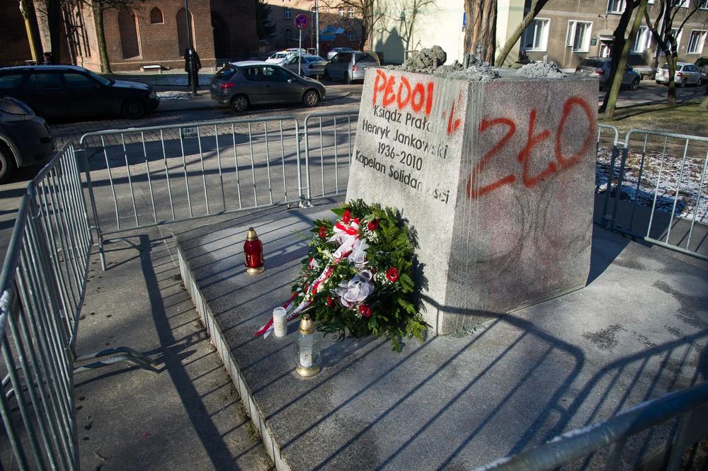 Napisy na cokole pomnika henryka jankowskiego