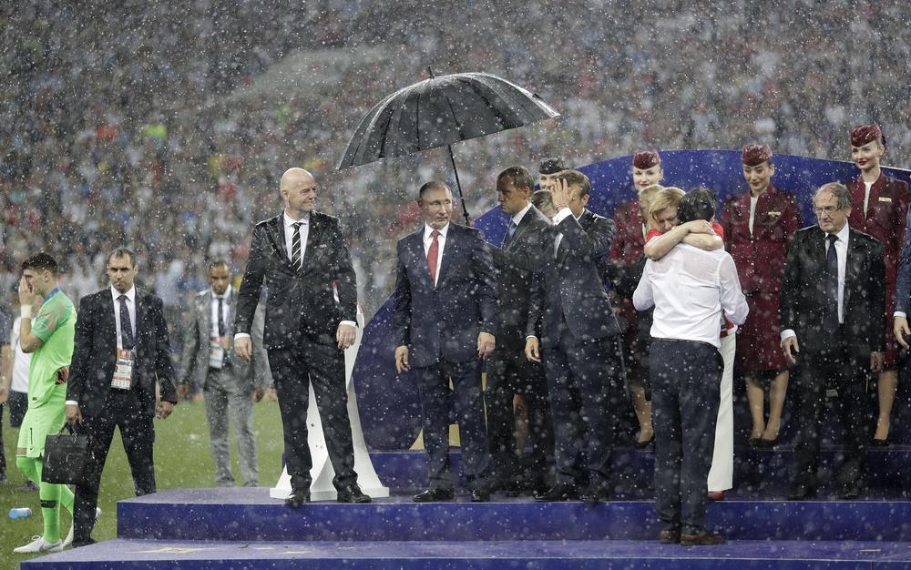 Putin pod parasolem, Macron i Grabar-Kitarović w deszczu
