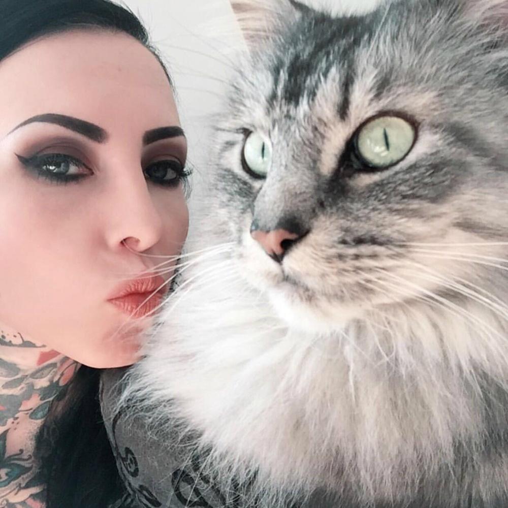 Kathrin Toelle i jej kot Gizmo