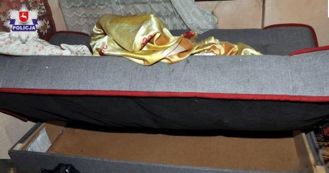 Kobieta schowana w łóżku
