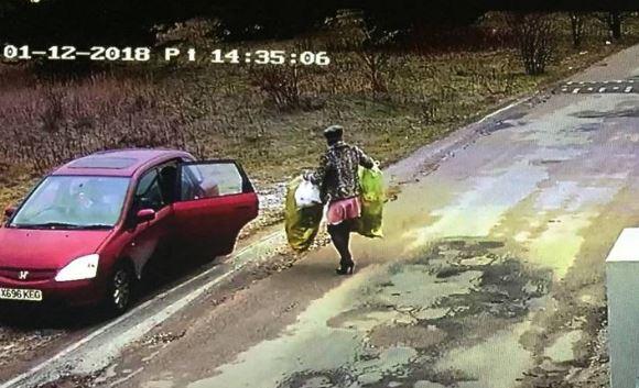 złodziej w przebraniu kobiety