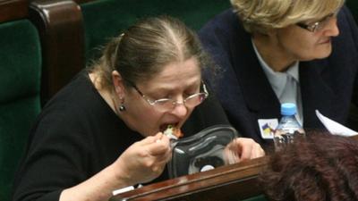 Krystyna Pawłwowicz (Prawo i Sprawiedliwosć) to nie tylko słynne jedzenie sałatki w Sejmie, ale tez mielone z patelni. Kebab to danie, którego nie jada.