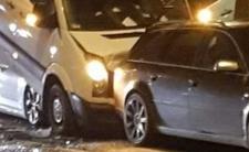 Warszawa Wawer, samochody jadące w kierunku centrum zderzyły się przy Wale Miedzeszyńskim i ulicy Wojsławickiej. Te zdjęcia z wypadków to niezła zagadka