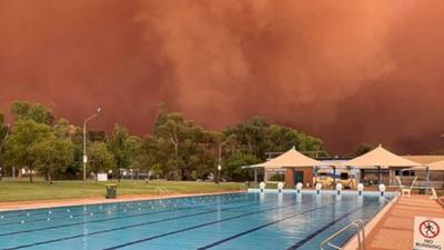 Australia i niezwykłe zjawisko, które mógłby opisac Stepehen King, Masterton albo Lovecraft. To jednak nie książki i horrory, a czerwona burza piaskowa.
