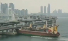 """Pijany Rosjanin spowodował wypadek na morzu nw Korei Południowej (Pusan). Rosyjski statek towarowy """"Seagrand""""  uderzył w most Gwangan Bridge w Pusanie"""