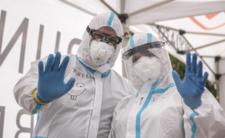 Testy PCR wykrywają koronawirusa aż za dobrze? Epidemia może być wielkim kłamstwem