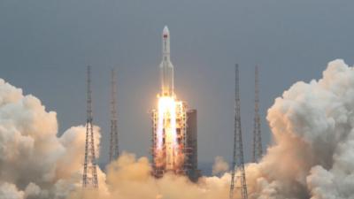 Chińska rakieta leci z zawrotną prędkością. Nikt nie wie, gdzie spadnie