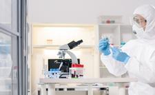 Koronawirus powstał w laboratorium? Zaskakujące słowa mikrobiologa