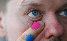Lekarze ostrzegają. Możesz sobie włożyć koronawirusa do oka