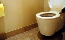 Koronawirus w toalecie. Przy spuszczaniu wody trzeba bardzo uważać