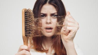 Koronawirus we włosach? Mycie rąk to za mało