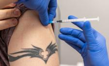 Pfizer chce aplikować trzecią dawkę szczepionki. Polskie Ministerstwo Zdrowia rozważa PŁATNĄ DAWKĘ