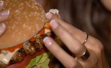 Tak wygląda 10-letni cheeseburger z McDonalda. Zwą go niezniszczalnym