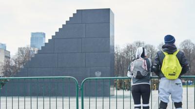 Pomazali Pomnik Smoleński w Warszawie