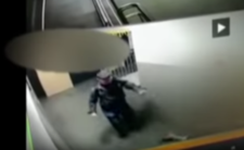 Atak nożownika na komendzie policji w Rybniku - szokujące WIDEO