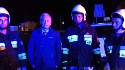 Biedroń jak bohater! Uratował malutkie dziecko z płonącego auta