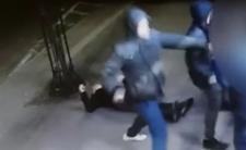 Lwówek Śląski - policja publikuje wideo z pobicia w centrum i prosi o pomoc. Ofiara ma złamanie podstawy czaszki i zmiazdzony oczodół.