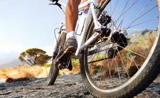 Nagi rowerzysta szaleje po kraju