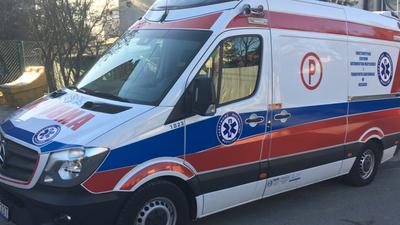 53-latek wypadł z karetki