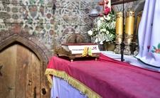 Pijana kobieta wtargnęła do kościoła. Zdemolowała ołtarz