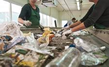 Zgroza w sortowni odpadów. Z worka na śmieci wysunęło się ciałko