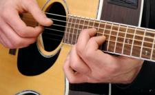 Mężczyzna zaatakował przechodnia gitarą