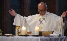 """Krew polała się w kościele. """"Wpadli w diabelską furię"""", pobili księdza"""