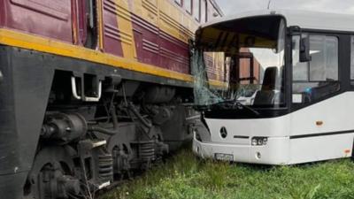 Turkowy. Pociąg uderzył w autobus wiozący dzieci