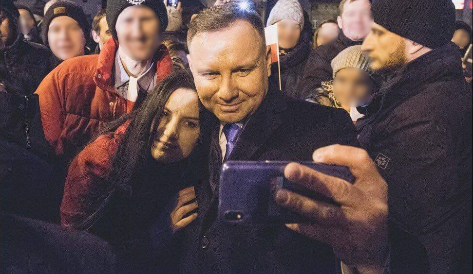 Andrzej Duda i brunetka