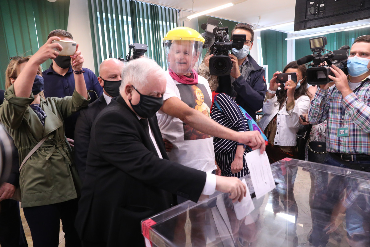 Jarosław Kaczyński głosuje. Prezes się rozmnożył