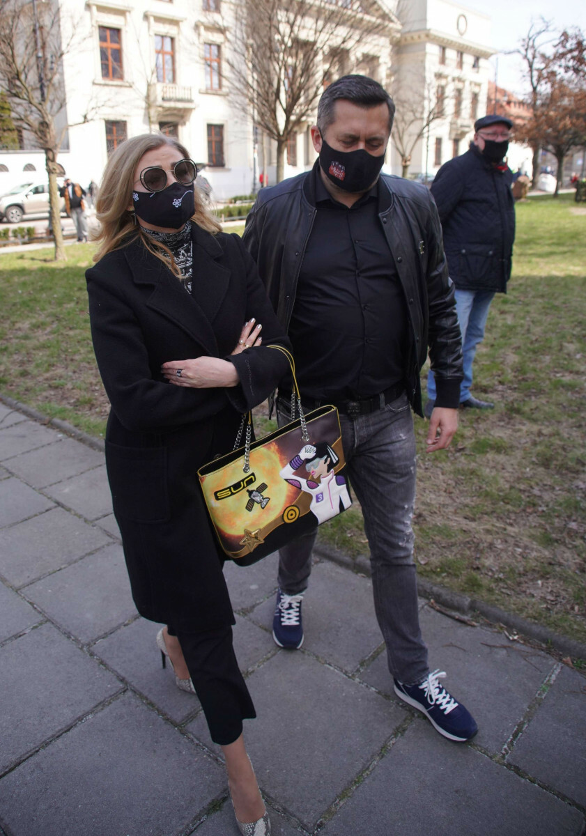 Norbi z partnerką na pogrzebie Krzysztofa Krawczylka w niestosownym stroju