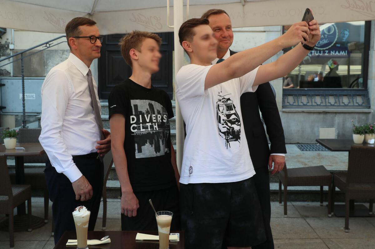 Politycy zrobili sobie selfie z młodzieżą. Ochrona zadbała, by tym razem nikt nie miał ośmiu gwiazdek na koszulce