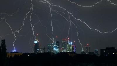 Alerty IMGW i RCB: w nocy mega burze, uderzy WIATR ŚMIERCI
