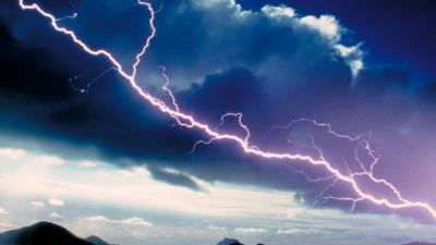 Pogoda w Polsce. IMGW ostrzega:  deszcz, grad, burze. Straż pożarna i liczne interwencje