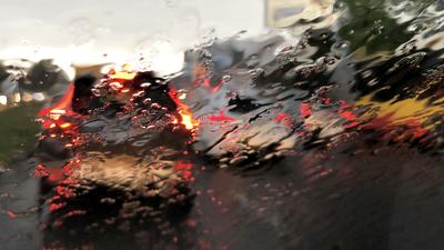 Ulewne deszcze, jesienna plucha. Cała Polska spłynie wodą