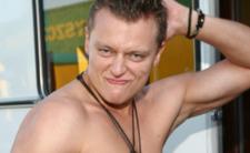 Goła klata Brzozowskiego kusi w teledysku disco polo