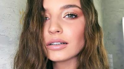 Julia Wieniawa brudnymi stopami reklamuje firmę kosmetyczną