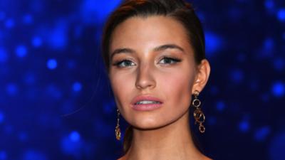 Julia Wieniawa reklamuje kosmetyki roznegliżowanymi piersiami