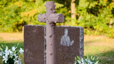 Grób Krawczyka zaśpiewa jego przeboje. Cmentarz zamieni się w dyskotekę?