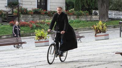 Ojciec Mateusz wyjedzie z Sandomierza? Sprawa morderstwa może być dla niego jak kij w szprychy